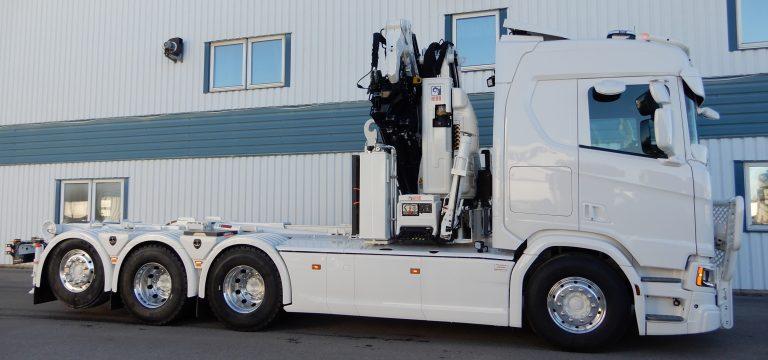 Kran Hiab 408 E-6, lastväxlare Multilift Ultima 18. Variabelt system med hydraulpump Sunfab SVH112. Stående hydraultank vid kranfot med fäste för fotplatta. Frontstödben och bakre stödbensbrygga. Ramtäckningsplåtar, öppningsbara. Fabriksmonterade sidokjolar anpassade för lucköppning verktygslådor. Boggielådor Alf P. Solskydd Convoyparts, bågar och frontskydd från Lightfix. Lackarbeten utförda av IPM Norden AB, Ljusdal och Iggesund.