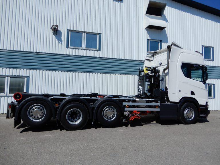 Scania R580 8x2*4 såld av Bilmetro i Hudiksvall. Lastväxlare Multilift Ultima 24, kompletterad med vibrator från Exero. Vridbart hyvelblad Mählers HB5N, sidoplogfäste, bakre bom och frontfäste Mählers. Rostfri verktygslåda med värmefläkt.
