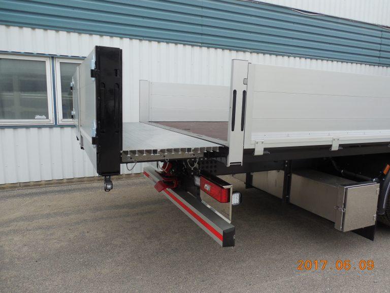 Morgongåva Krantransporter, vårt eget fasta flak med hydrauliskt utkörbar flakförlängning där extragolvet är i aluminium.