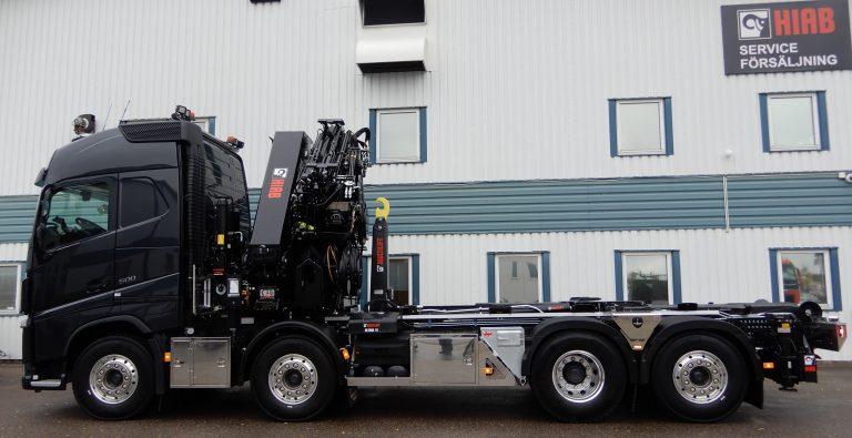 Volvo 8x2/4 5,70. Kran Hiab 638 E-7 med Jib150x6, vinsch T2, frontstödben med Åkarnas rostfria frontskydd, bakre stödbensbalk med fotplattehållare och kättinglådor. Lastväxlare Ultima 18ton. Skräddarsydda verktygslådor, boggeilådor från Alf P, sandlådor Slirej. Variabelt system med hydraulpump Sunfab SVH 130, hydraultank Åkarnas under vipparm. Strölåda aluminium. Takbåge Lighfix. Stege bakom hytt med rostfri hållare.