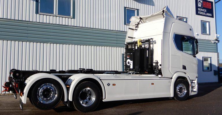 Scania 6x4 4,55 påbyggd med Multilift Ultima lastväxlare 18 ton. Rikligt utrustad lastväxlare med snabbfunktioner. Skräddarsydda ramtäckningsplåtar i lackerad durkaluminium, rostfri verktygslåda med integrerad öppning i fabriksmonterad sidokjol.