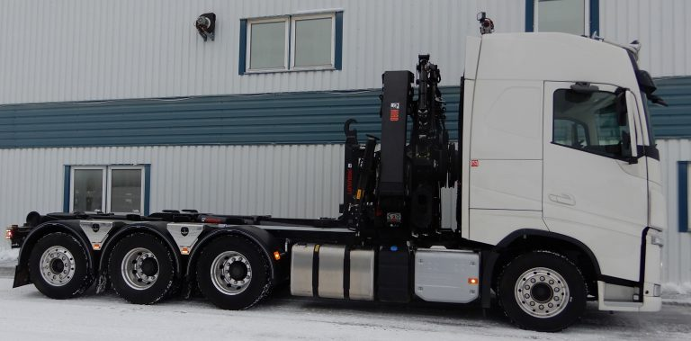 Volvo 8x4 3,90 påbyggd med kran Hiab 302E-6 med Combidrive och jib 45x3, lastväxlare Multilift XR21. Variabelt system med pump Sunfab SVH 112, rostfri rammonterad tank, rostfri verktygslåda, boggielådor från Alf Pettersson, kromad takbåge med NBB Xenon extraljus, bakre båge Lightfix med arbetsljus och rotorljus, blixtljus bak-bilfront och under boggielådorna.