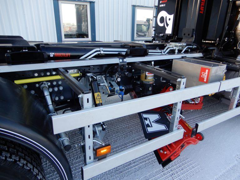 Scania 460 6x2 4,55 Lastväxlare Multilift U21 fullutrustad med snabbfunktioner. Variabelt system med pump Sunfab SVH 112. Plogutrustning Mählers front-sido fästen, bakre utskjutsbom och svängbart hyvelblad HB5N, rostfri verktygslåda med värme, boggielådor från Alf Pettersson, drag VBG AM luft, kamerasystem MXN, plogbåge och takbåge från Trux.