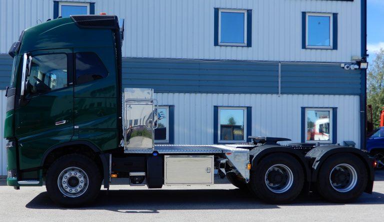 Volvos konceptdragbil kompletterad med tungdragarhydraulik. Volvo FH 6x4. Verktygsskåp stående bakom hytt med utdragbara lådor, rostfria brandsläckarboxar. Anslutningsramp med Multilinekoppling, stående rostfri hydraultank innanför täckplåt. Svanhalscylindrar, spakstyrd manöverventil. Durkplåtstäckning bak. Rammonterad rostfri verktygslåda med värme. Rostfri lyktramp på hyttvägg med ledljusramp och diodbakljus. Bredlastskylt i front.
