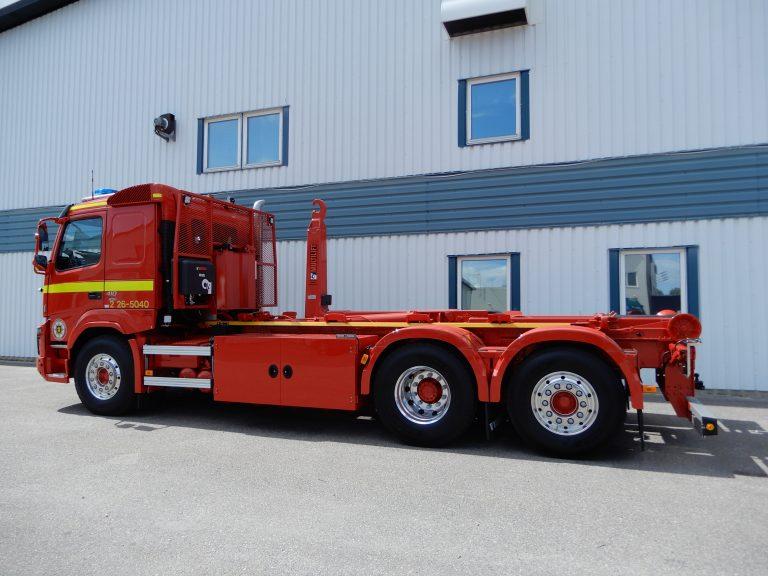 Volvo FMX 6x2 4,30. Bilen är utrustad med Multilift lastväxlare 18 ton, hyttskyddet är anpassat efter Räddningstjänstens önskemål, hydraultank infälld i hyttskyddet. Slirskydd Onspot, dragbalk med vridbart Triplexdrag. Kundanpassade förvaringsskåp på ramen invändigt klädda mer verktygspanel. Standbys blå och orange blixtljus, rotorramp, sirén. Extraljusramp i front på Trux båge. Bilram, påbyggnad och skåp lackerad av IPM Norden, Ljusdal. Stigges Reklam i Järvsö har ordnat med dekoren.
