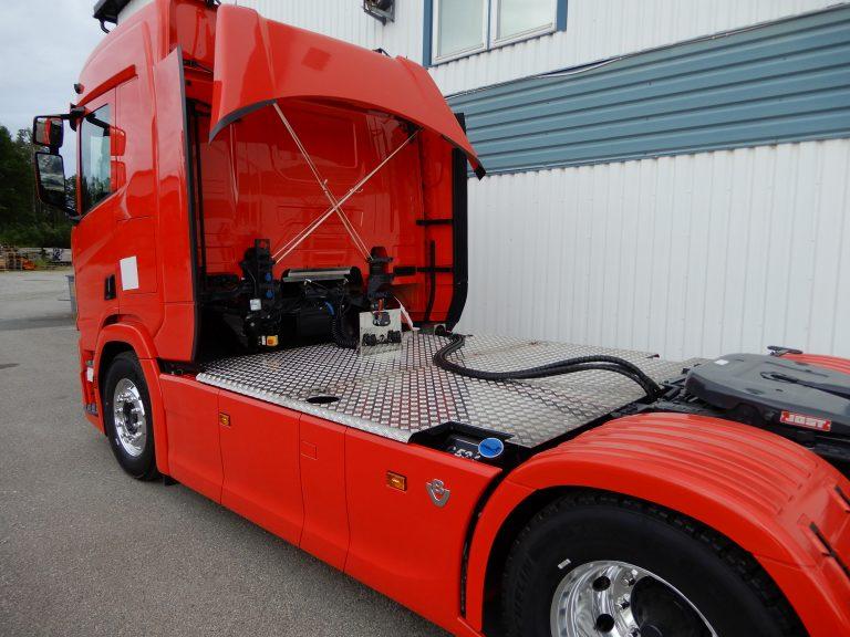 Scania koncept dragbil, kompletterad med uppvikbart gångbord, ramtäckning bak, hydraultank och Autoline sandlådor C50
