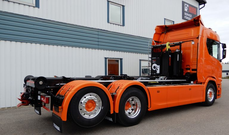 Lastväxlare Multilift Ultima 21 med redskapsfäste och hydraultank. Rostfri verktygslåda innanför fabriksmonterad sidokjol med integrerad öppning i kjolen. Sandlådor Autoline C50, drag VBG795.