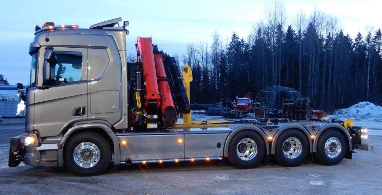 Scania 8x4*4 3,95 såld via Bilmetro Gävle. Kranen är Palfingers nya PK37002.TEC7 med 8 hydrauliska utskjut, lastväxlare T17, front, sido -och bakre plogfästen Mählers. Bilen är kundanpassade med rostfria sidokjolar, lackerade öppningsbara ramtäckningsplåtar. Under ramtäckningen finns lastväxlarventil och verktygslåda med integrerad öppning i kjolen. Bakre stödbensbalk, boggielådor Alf p, lykthållare med dubbla bakljus. Lightfix plogbåge, främre och bakre takbåge, sideliners.