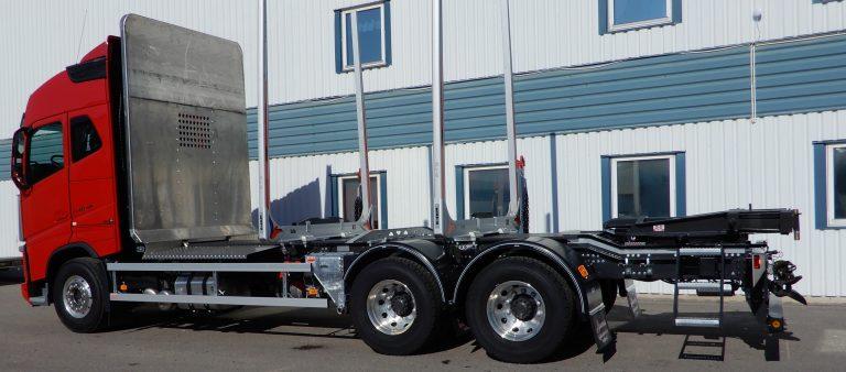 Volvo FH 6x4 4,90. Redet är vårt eget lågbyggda lättviktsrede med framstam i helaluminium, avställare Björna. Bankar ExTe A10 3,0 Spännare Djurås, sandlådor Slirej, drag Rockinger. Variabelt system med hydraulpump Sunfab SVH 130, hydraultank aluminium från Uddevallatankar